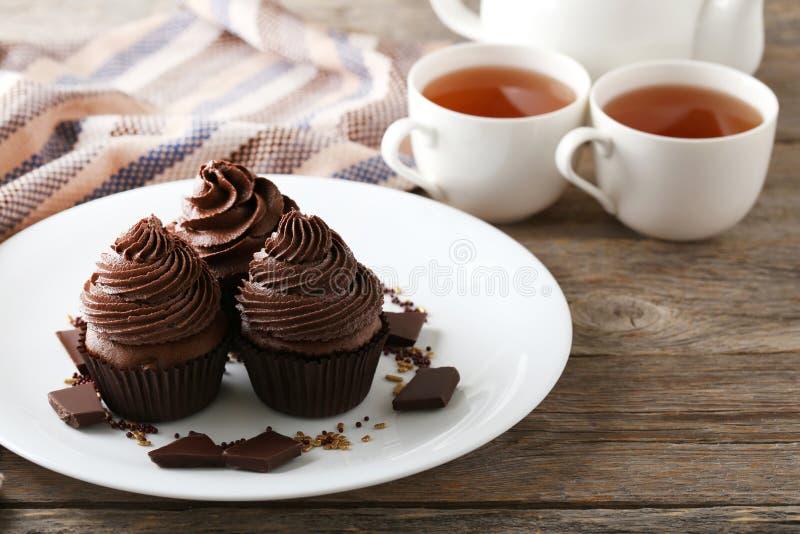 Bigné con i pezzi di cioccolato immagine stock
