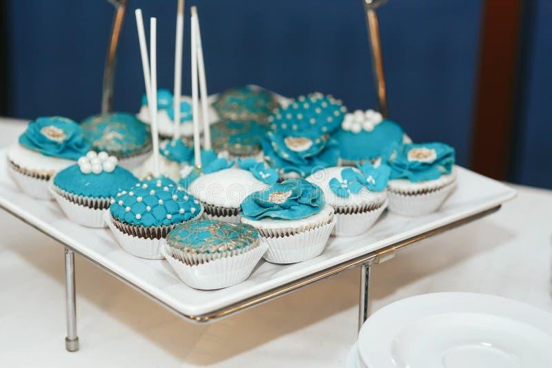 Bigné con le decorazioni blu dei fiori e della perla fotografie stock