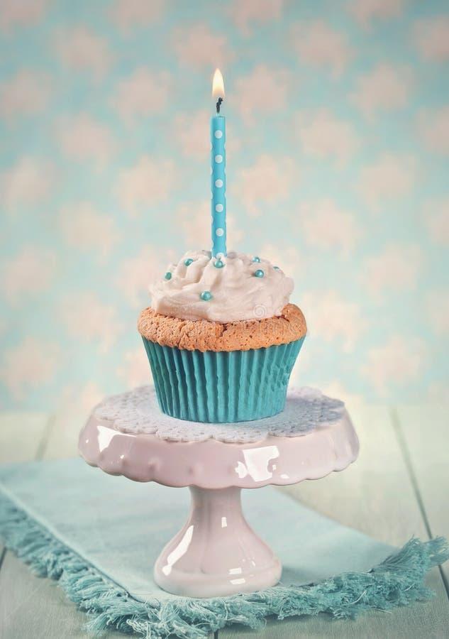 Bigné con una candela di compleanno immagini stock libere da diritti