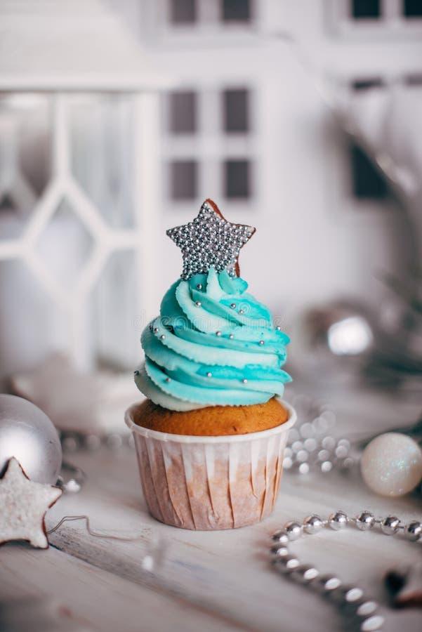 Bigné deliziosi di Natale decorati con una stella argentea Chri fotografia stock libera da diritti