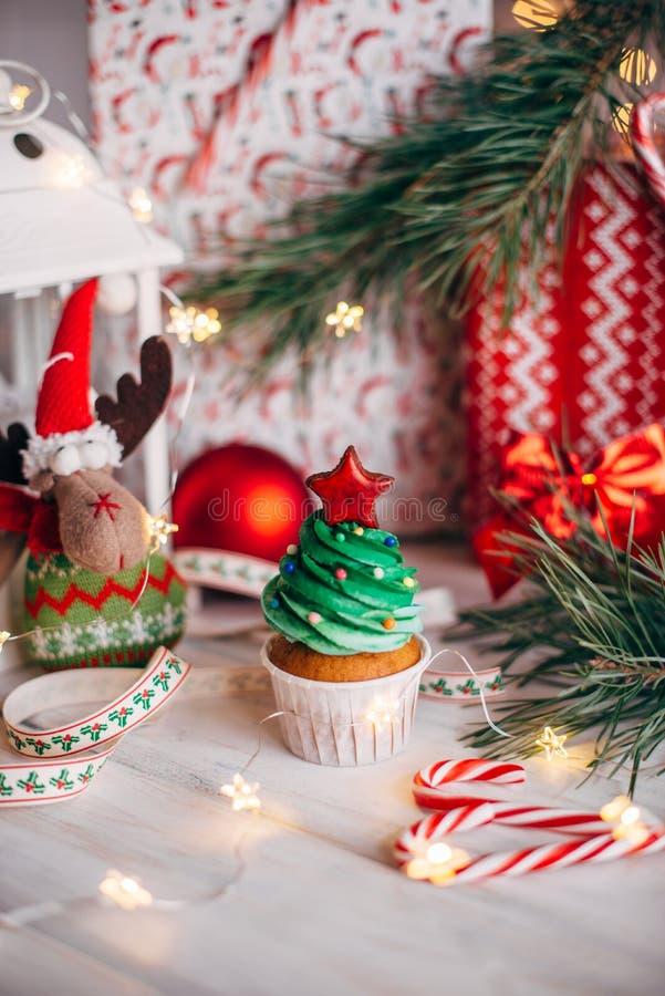Bigné delizioso di Natale sotto forma di albero di Natale con fotografia stock