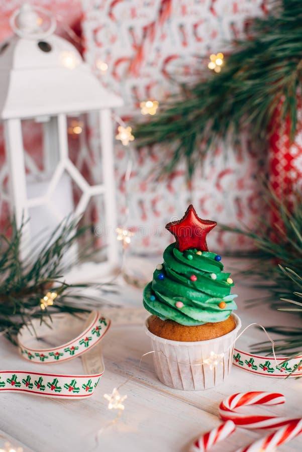 Bigné delizioso di Natale sotto forma di albero di Natale con immagini stock libere da diritti