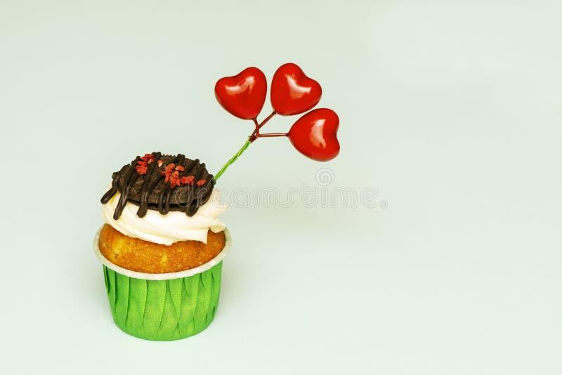 Bigné delizioso e succoso con crema e biscotti con i cuori, un simbolo del San Valentino Copi lo spazio fotografia stock