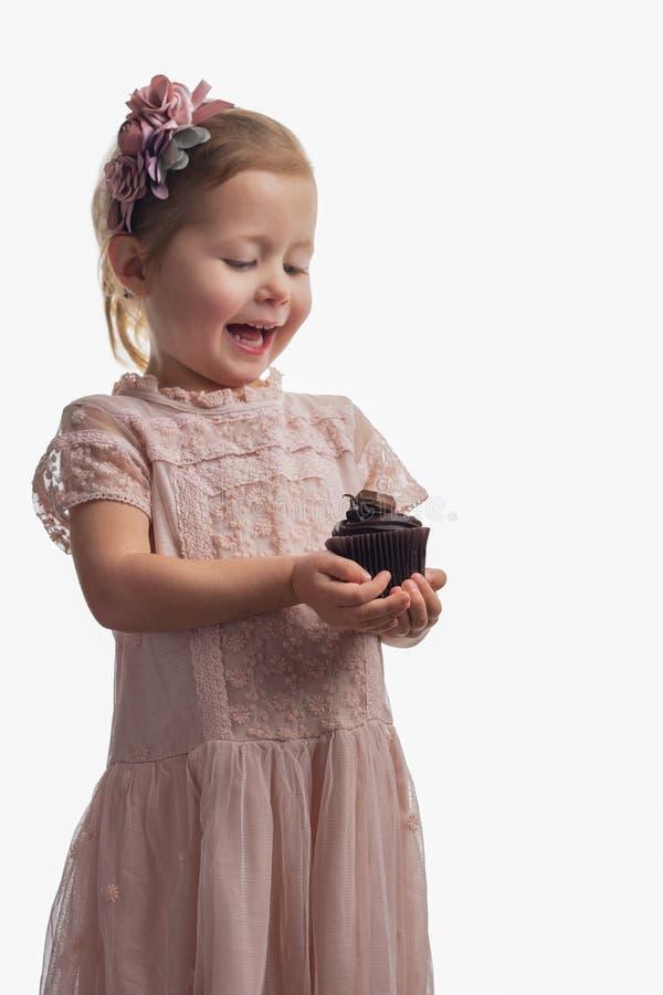Bigné della tenuta della bambina su bianco fotografie stock
