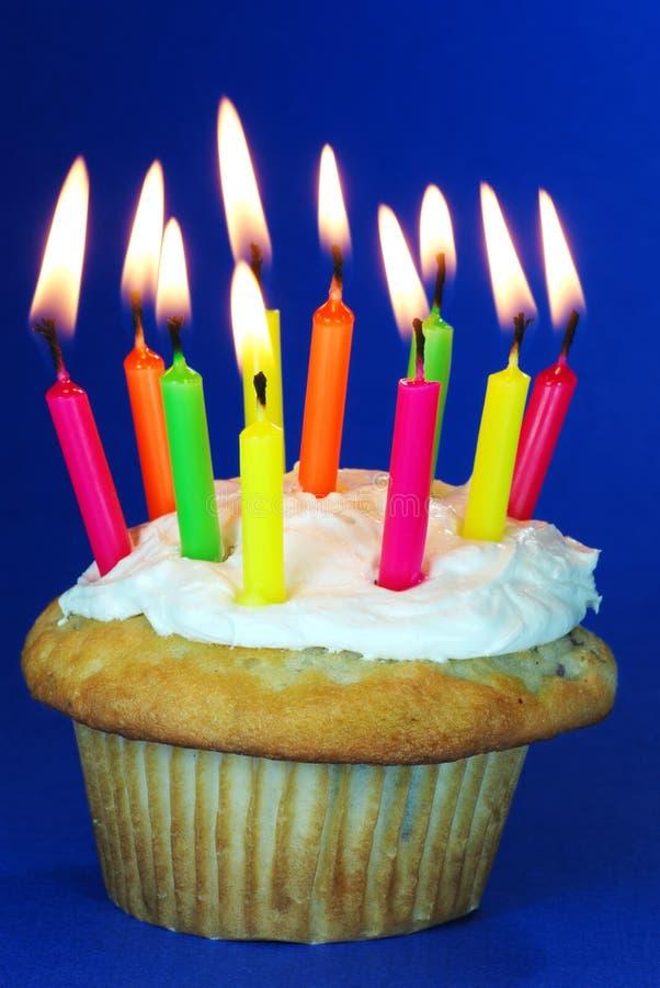 Bigné di compleanno con i lotti delle candele fotografie stock
