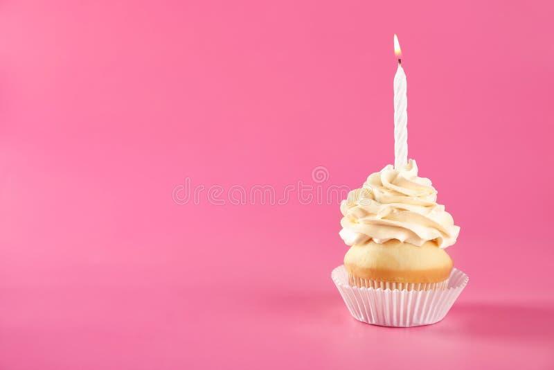 Bigné di compleanno con la candela su fondo fotografie stock libere da diritti