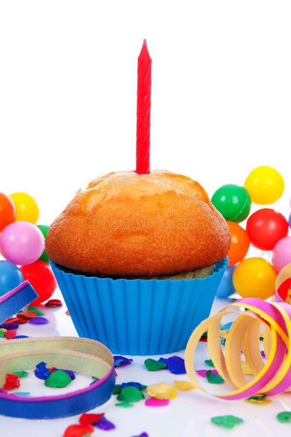 Bigné di compleanno con le fiamme della candela immagini stock libere da diritti