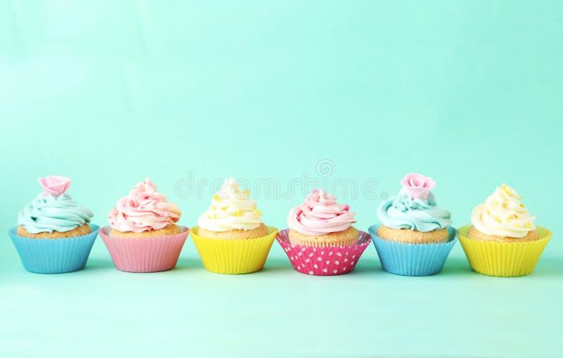 Bigné di compleanno su fondo verde fotografie stock libere da diritti
