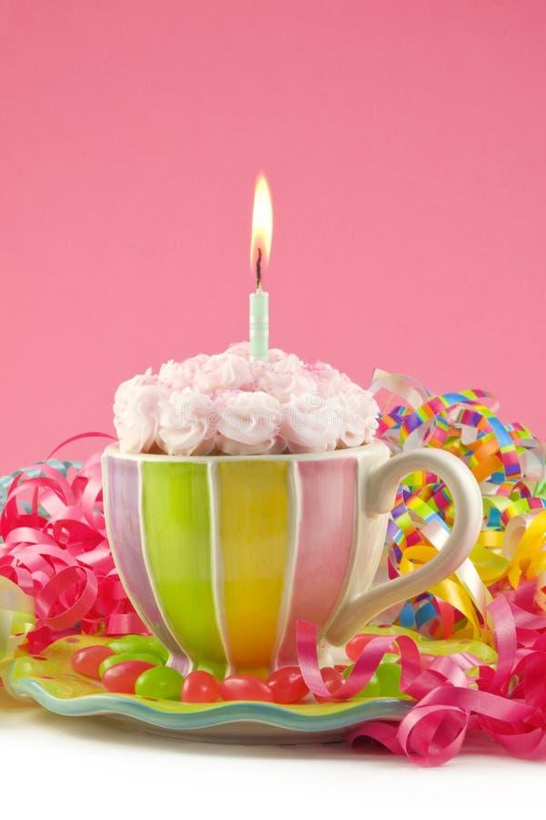 Bigné di compleanno in una tazza fotografia stock libera da diritti