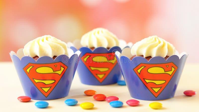 Bigné di tema del superman della festa di compleanno del ` s dei bambini fotografia stock
