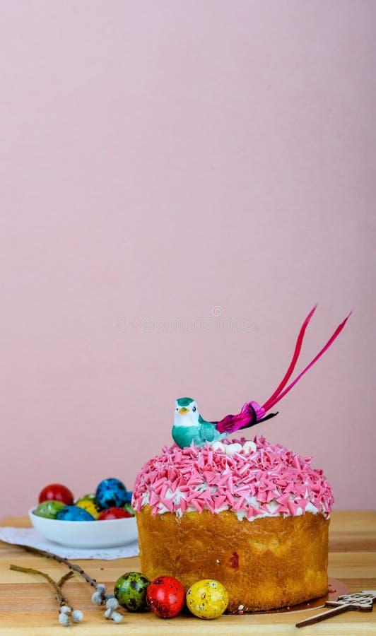 Bigné dolce ed appetitoso con la spruzzatura rosa sulla tavola fotografia stock libera da diritti