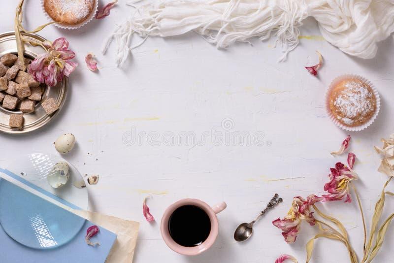 Bigné e caffè, luce di mattina, struttura dell'alimento Biglietti di S. Valentino o spazio della copia della prima colazione di g immagini stock
