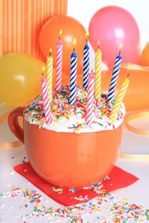 Bigné e candele di buon compleanno fotografia stock libera da diritti
