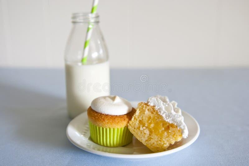 Bigné e latte fotografie stock