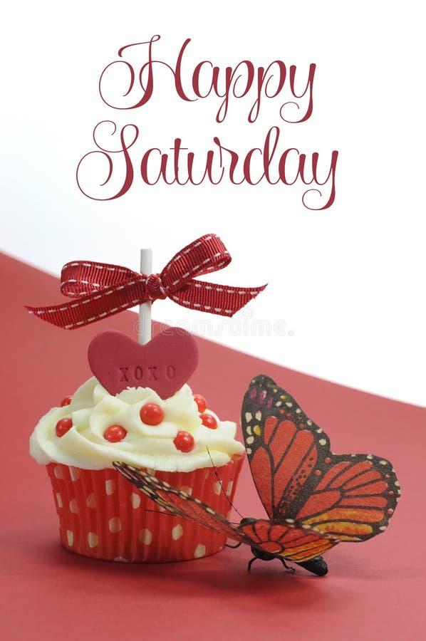 Bigné rosso di tema con la farfalla su fondo rosso e bianco con il testo felice del campione di sabato fotografia stock