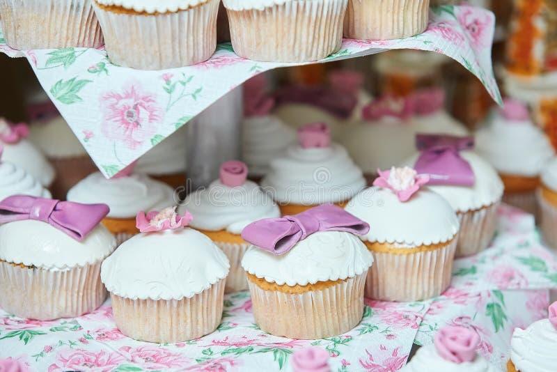 Bigné saporiti, bigné della vaniglia con la crema bianca e di rosa fotografie stock libere da diritti