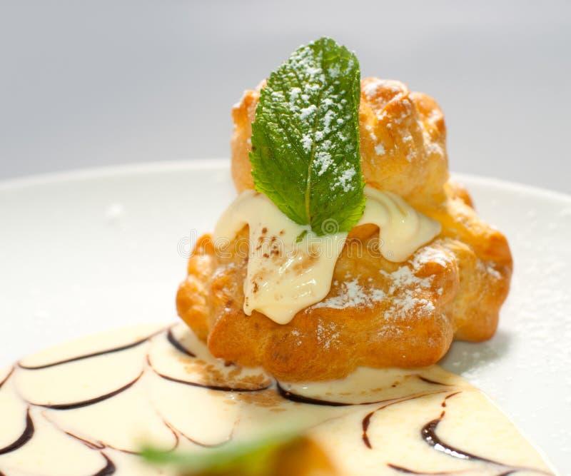 Bigne a bourré de la crème de pâtisserie images stock