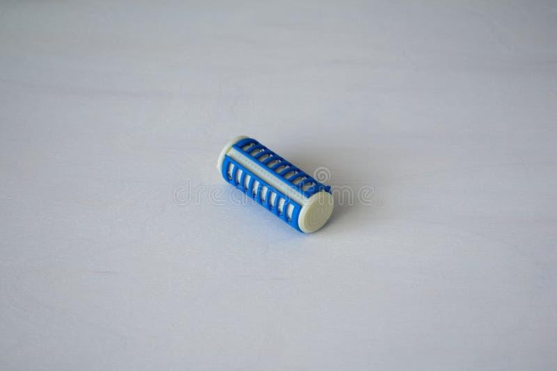 Bigodini blu su fondo bianco bigodini fotografie stock libere da diritti