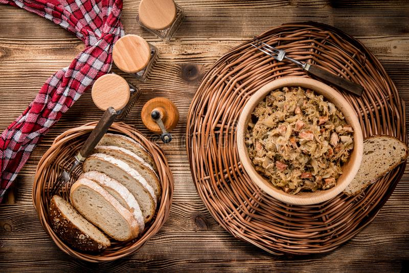 Bigos - потушенная капуста с мясом, высушенными грибами и копченым saus стоковое изображение