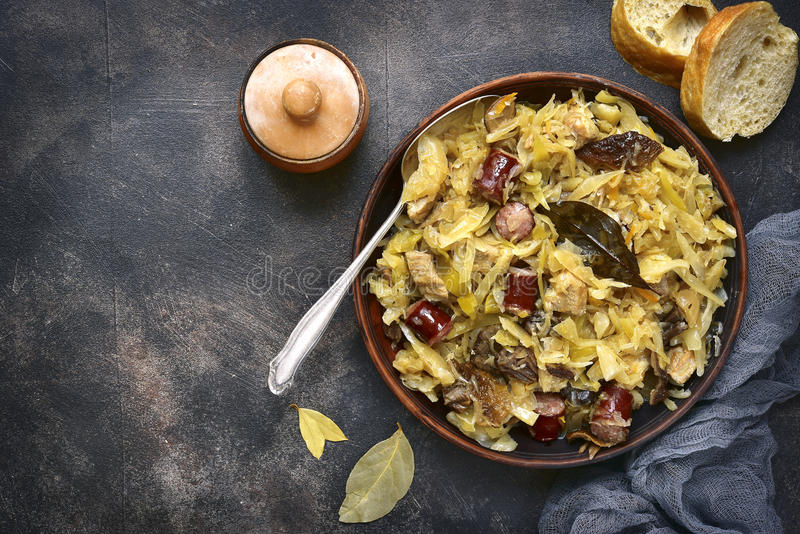 Bigos - потушенная капуста с мясом, высушенными грибами и копченым saus стоковые изображения rf