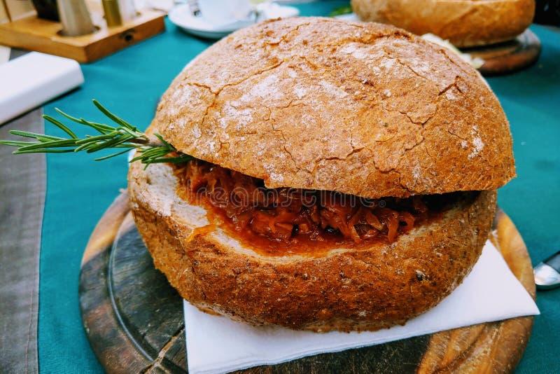 Bigos-традиционное польское блюдо точно - прерванного sauerkraut и свежей капусты с мясом, грибами, и сосиской стоковая фотография