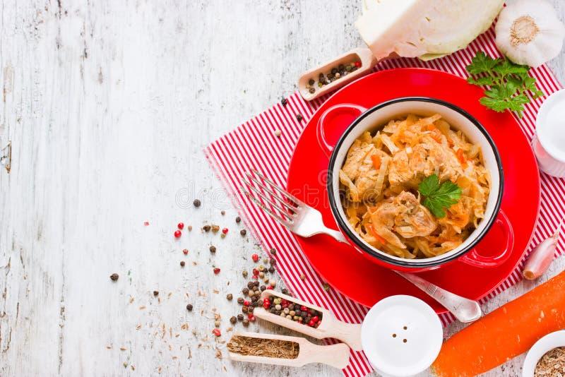 Bigos traditionell maträtt av polsk kokkonst från sur och ny kål, kött royaltyfria foton