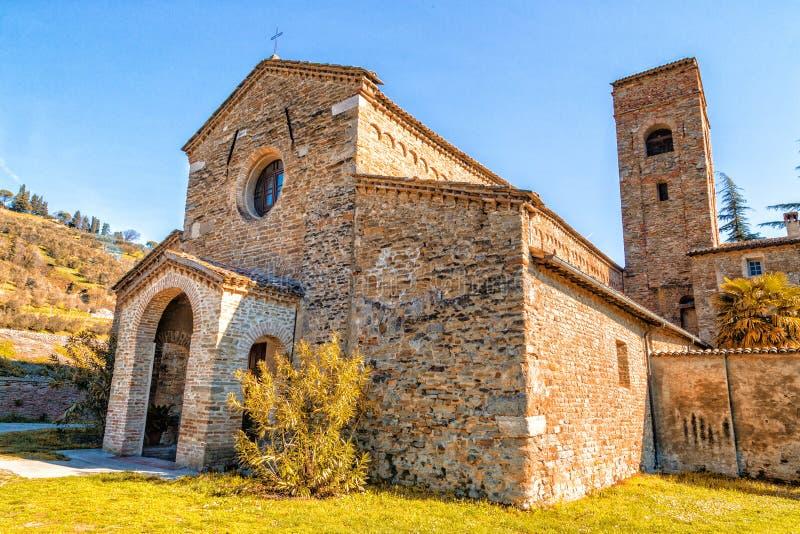 Bigoterie évocatrice d'une église romane photographie stock libre de droits