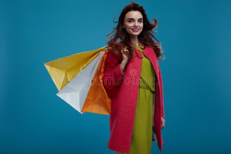bigtime de la chica joven Modelo de moda hermoso sonriente With Paper Bags fotografía de archivo libre de regalías