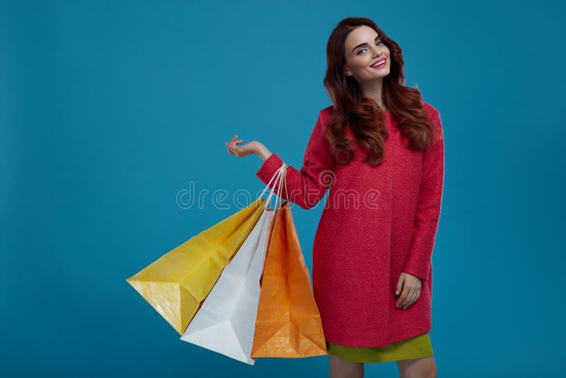 bigtime de la chica joven Modelo de moda hermoso sonriente With Paper Bags imagenes de archivo
