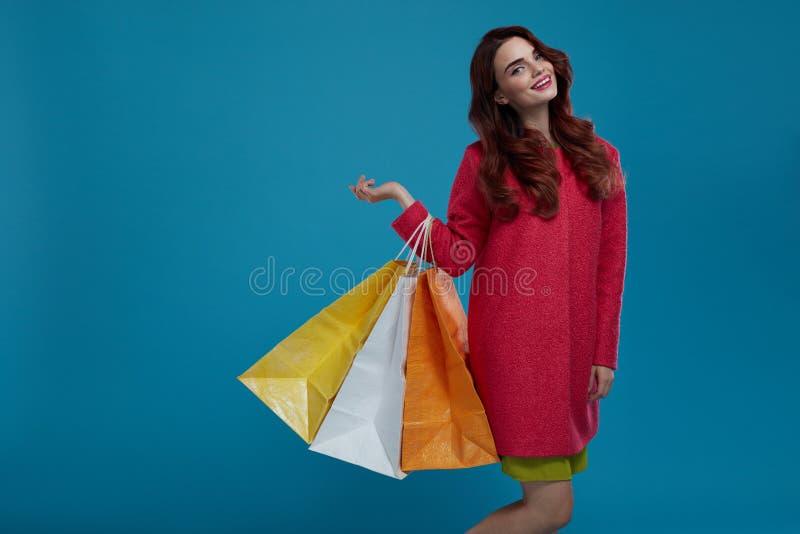 bigtime de la chica joven Modelo de moda hermoso sonriente With Paper Bags fotografía de archivo
