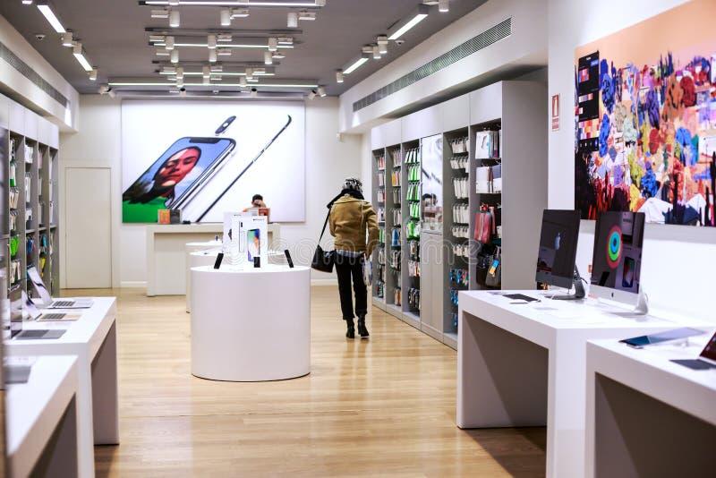 bigtime de la chica joven Mujer en las ventas que miran la tienda móvil fotos de archivo