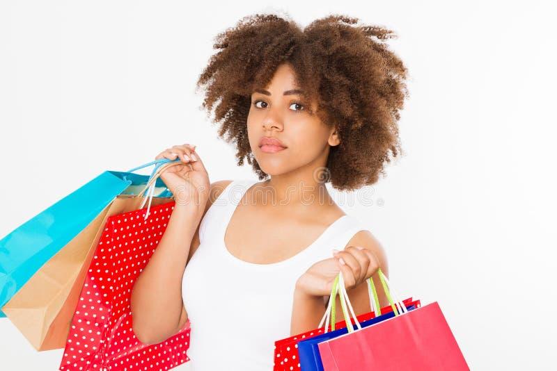 bigtime della ragazza Giovane ragazza afroamericana felice con i sacchetti della spesa isolati su fondo bianco Copi lo spazio Der immagine stock libera da diritti