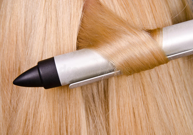 Bigudí y pelo rubio foto de archivo