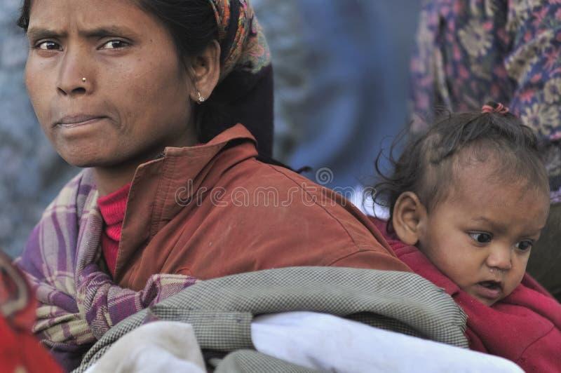 Bihar pobre viaja a través del mundo sin un hogar y con los recursos muy pequeños a merced de la gente fotografía de archivo libre de regalías