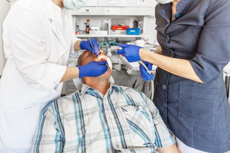 Bij de behandeling bij stomatologist stock foto