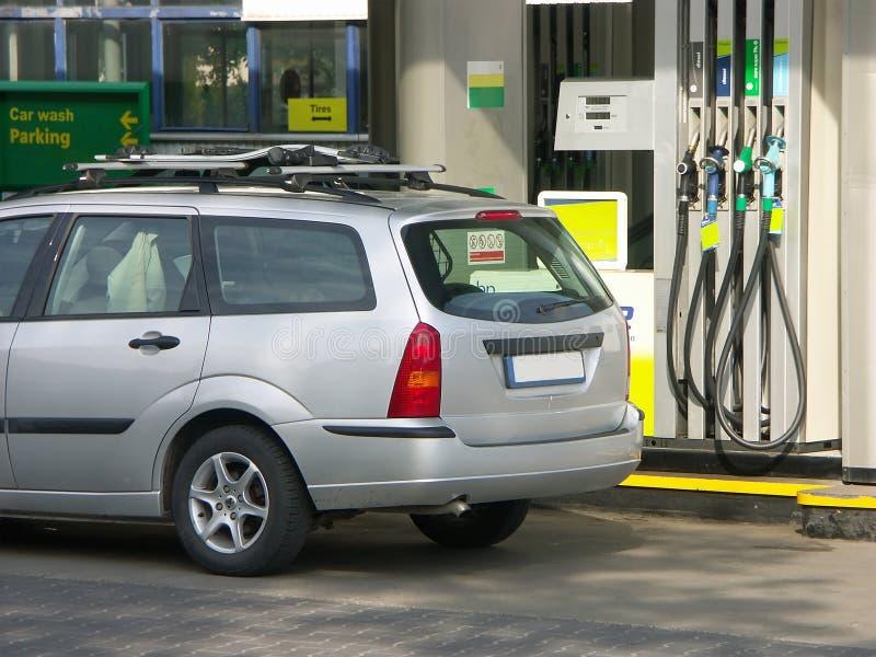Bij de benzinepost stock foto