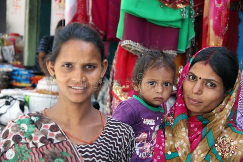 Bij de box van Sari stock afbeeldingen