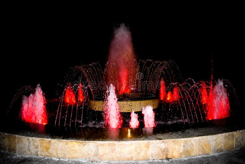 Bij de fonteinen van de stad, kunt u rusten en ontspannen terwijl het bekijken de nieuwe vormen van de waterstroom De kleurrijke  royalty-vrije stock fotografie