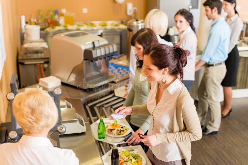Bij de het loonsrekening van de cafetariavrouw