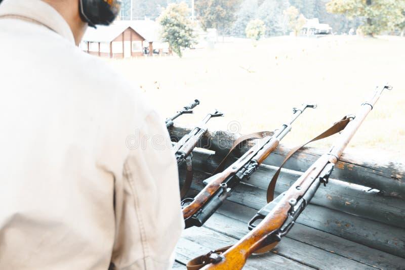 Bij de het schieten waaier militaire herladen automatische machine om te schieten er zijn het stemmen royalty-vrije stock afbeelding