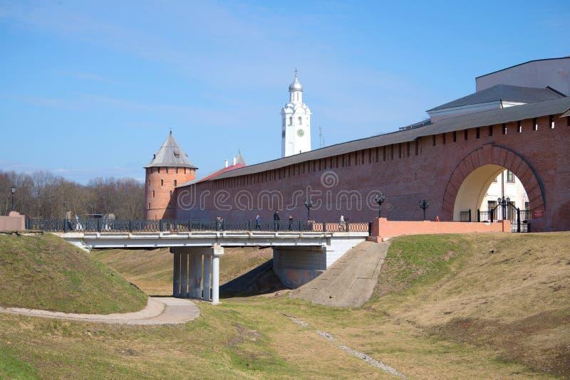 Bij de ingang aan het Kremlin van Veliky Novgorod, zonnige april-dag royalty-vrije stock afbeelding