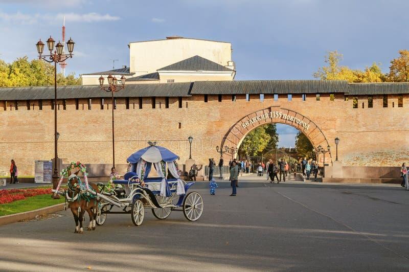 Bij de ingang aan Novgorod het Kremlin royalty-vrije stock afbeeldingen