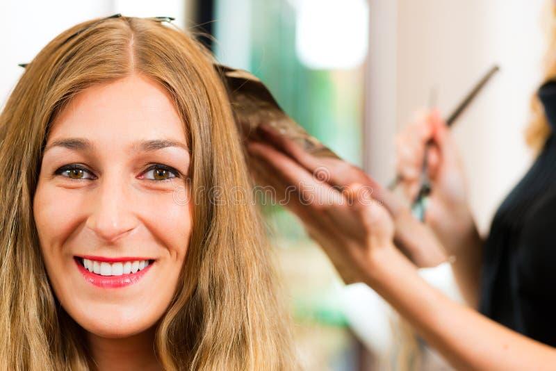 Bij de kapper - de vrouw krijgt nieuwe haarkleur stock foto's