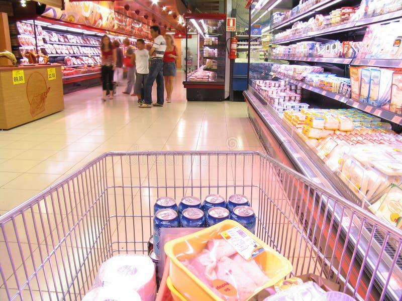 Bij de supermarkt stock afbeeldingen