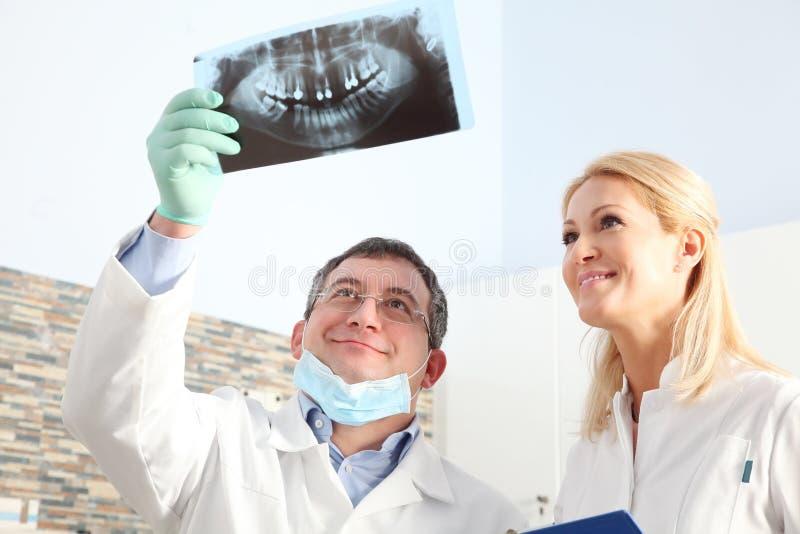 Bij de tandarts stock afbeelding