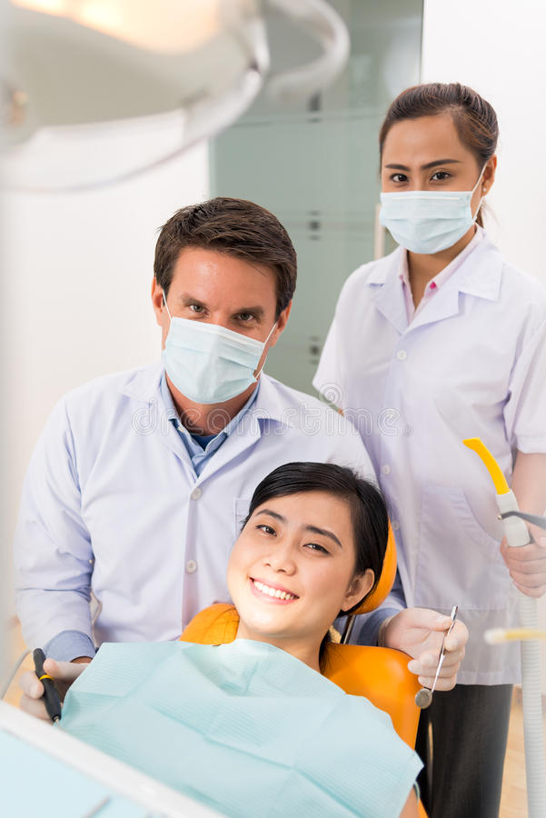 Bij de tandheelkunde stock foto