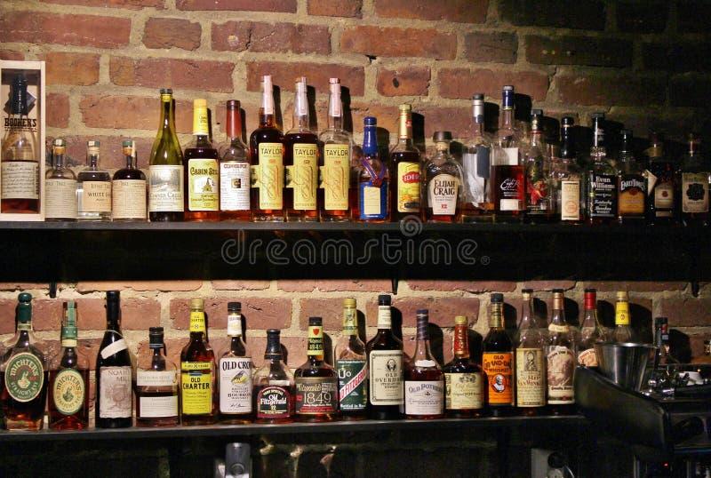 Bij een comfortabele bar stock foto's