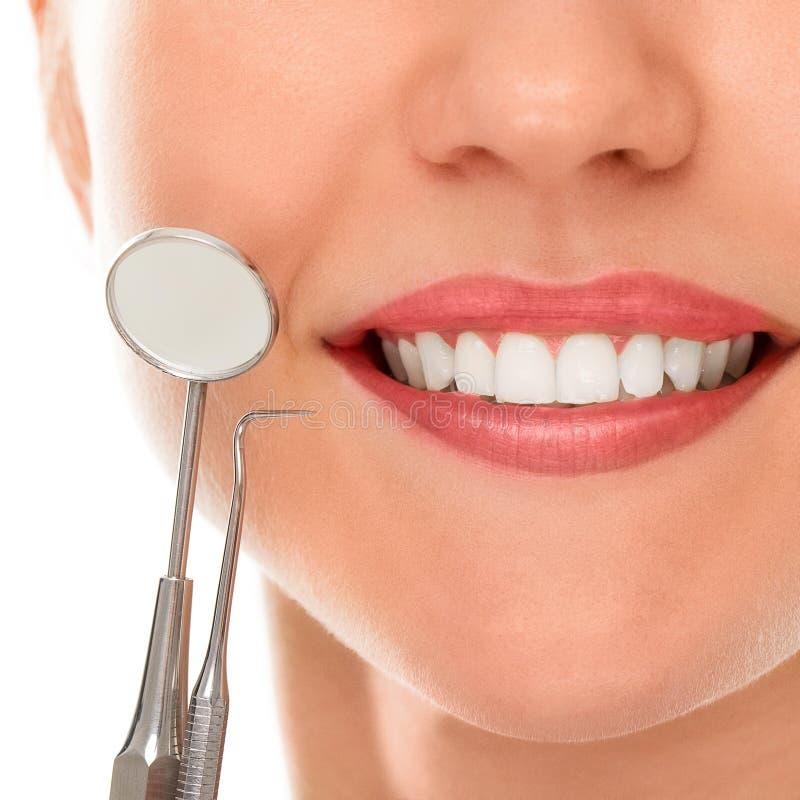 Bij een tandarts met een glimlach stock foto's