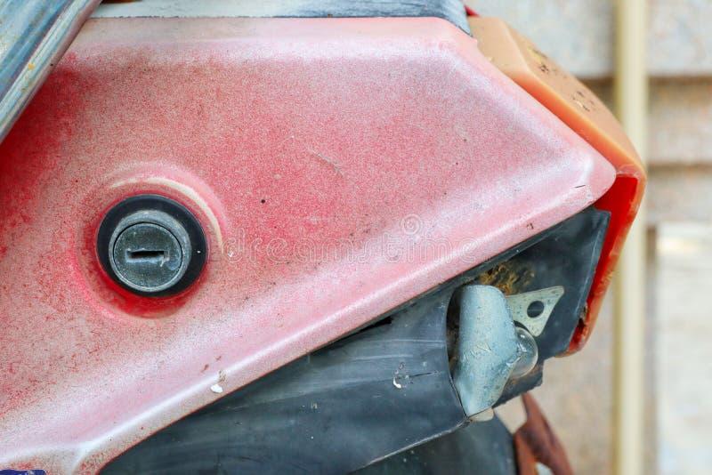 Bij het achtergedeelte van de oude motorfiets met zeer belangrijk gat en stock afbeelding