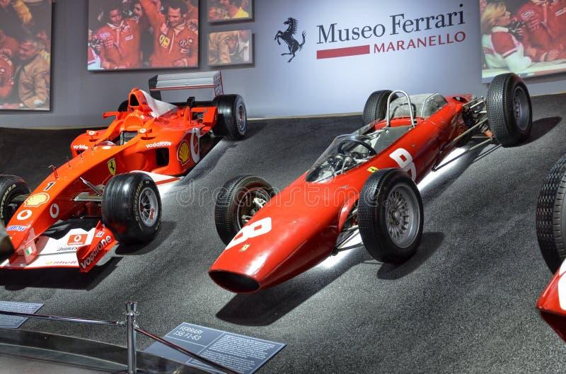 Bij het Ferrari-museum, de ruimte waar Formule van wereldklasse 1 winnende auto's wordt getoond stock foto